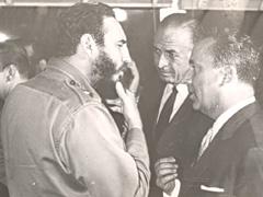 «Special Relationship»: le premier ministre cubain Fidel Castro en discussion, en 1964, avec l'ambassadeur suisse Emil Stadelhofer (à droite). Source: dodis.ch/40943