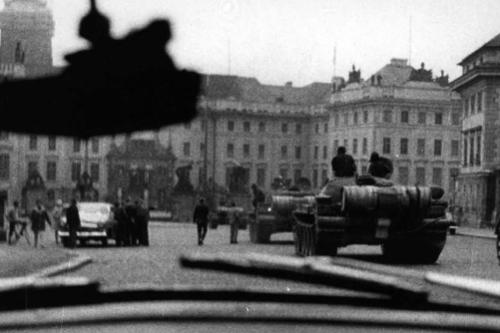 Chars soviétiques sur la place Venceslas à Prague. La photo de cette scène d'occupation a été envoyée par l'ambassadeur suisse Campiche (dodis.ch/32516)
