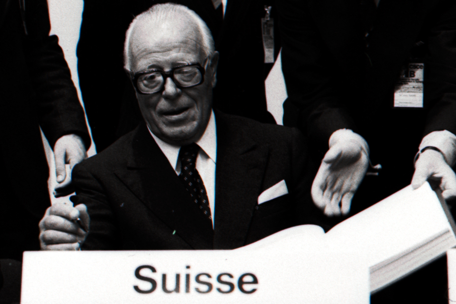 Bundespräsident Pierre Graber unterzeichnet die KSZE-Schlussakte