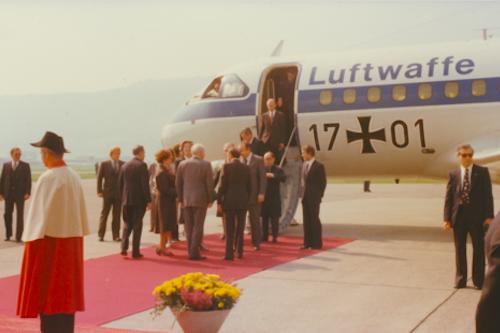 Le 22 septembre 1977, le Président de la Confédération K. Furgler et le Conseiller fédéral P. Graber reçoivent le Président de la RFA W. Scheel et le Ministre des Affaires étrangères H.-D. Genscher à l'aéroport de Belp. Source: dodis.ch/50276.