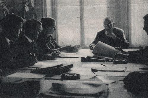 Diplomatische Stagiaires lauschen im Rahmen ihrer Ausbildung einem Kurzreferat über Protokollfragen, Foto aus Wochen Blätter Nr. 15 vom 14. April 1962.