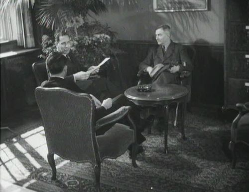 From left to right: federal councillor Max Petitpierre talking to minister Eduard Zellweger (Belgrad) and to Hermann Flückiger, designated as the first envoy to Moscow. «Schweizerische Filmwochenschau» from 5.4.1946.