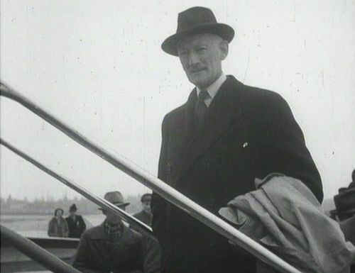 Delegationsleiter Minister Walter Stucki vor dem Abflug nach Washington. Schweizerische Filmwochenschau vom 22. März 1946, vgl. dodis.ch/dds/1169.