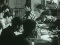 Italienische «Fremdarbeiter» beim Mittagessen in einer Barackensiedlung in Zürich (FWS 6.10.1961)