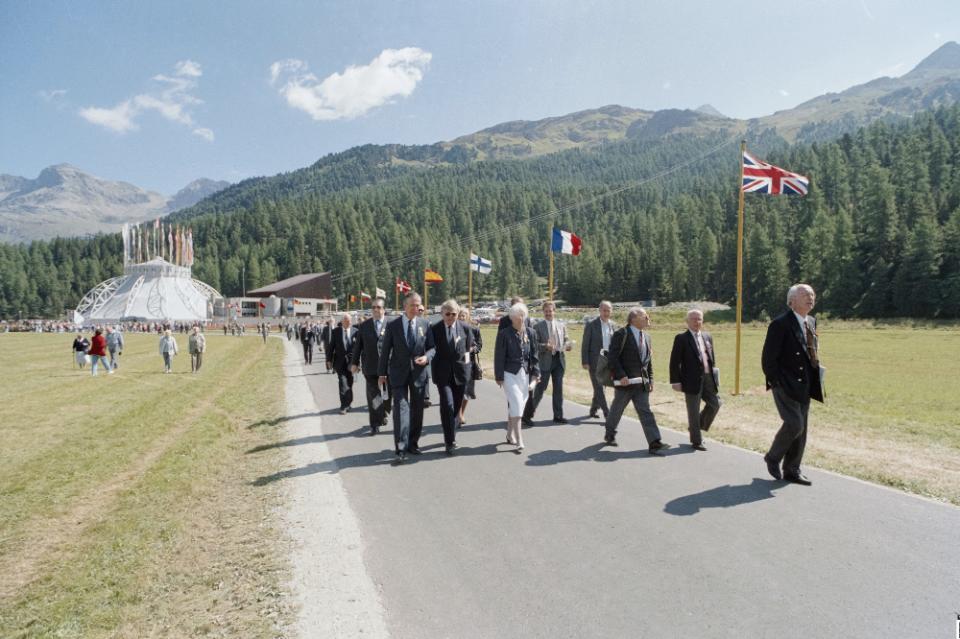 Rund 1200 geladene Gäste aus dem In- und Ausland fanden sich am 7. September 1991 zum «Europatag» in Sils ein. Reden und Festakt fanden im Botta-Zelt, der «visuellen Klammer» der 700-Jahrfeier, statt. (dodis.ch/60332)