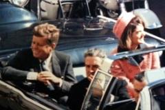 John F. Kennedy con la moglie Jacqueline e il Governatore del Texas nella limousine presidenziale qualche minuto prima dell'attentato.