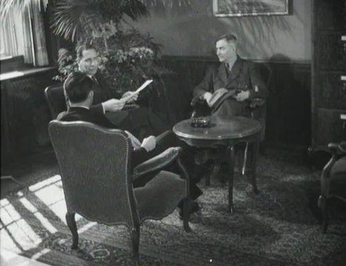 De gauche à droite: le Conseiller fédéral Max Petitpierre en discussion avec le Ministre Eduard Zellweger (Belgrade) et Hermann Flückiger, premier envoyé diplomatique à Moscou. Ciné-Journal suisse du 5.4.1946.