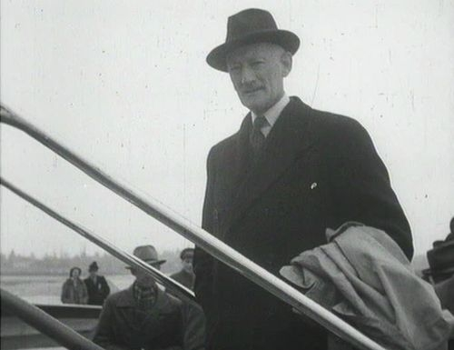 Chief Delegate Minister Walter Stucki shortly before his departure to Washington. Schweizerische Filmwochenschau, 22 March 1946, cf. dodis.ch/dds/1169.