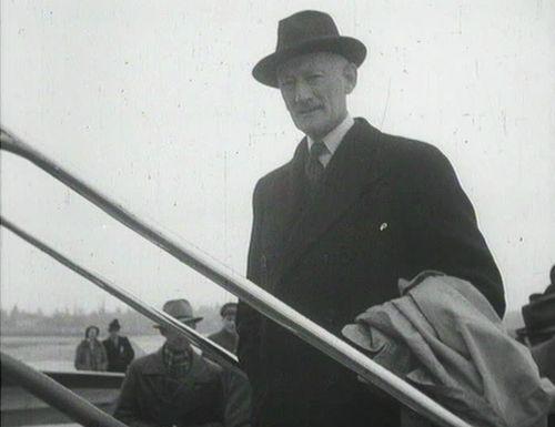Chief Delegate Minister Walter Stucki shortly before his departure to Washington. Schweizerische Filmwochenschau, 22 March 1946, cf. dodis.ch/dds/1169.