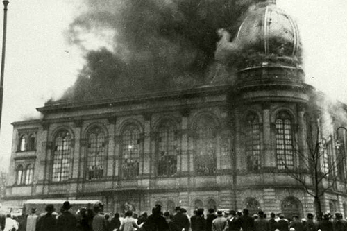 La synagogue de la Börneplatz de Francfort-sur-le-Main est incendiée par une foule nationale-socialiste dans la nuit du 10 novembre 1938. Source : www.alemannia-judaica.de