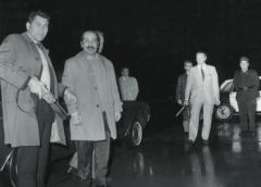Unter polizeilicher Bewachung werden am 1. Oktber 1970 die drei palästinensischen Attentäter auf die El-Al-Maschine in Kloten ausgeflogen, um die Geiseln der gekaperten Swissair-Maschine in Zerqa freizukaufen. dodis.ch/35420